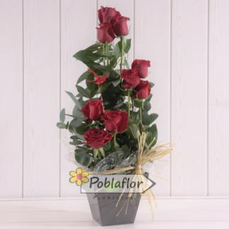 centro de nueve rosas rojas